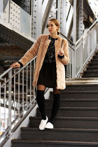 streetstyle-gisele-faux-fur-coat-white-sneakers