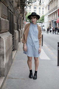 streetstyle-giseleisnerdy-stripes-dress-stradivarius-black-hat-look-dr-martens
